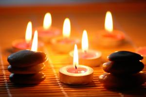 meditation-famille-bougies-pierre